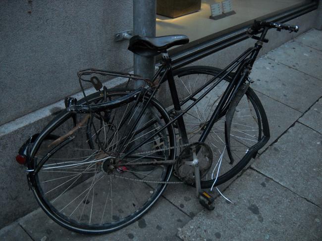 Aparcar bicicletas en cualquier parte puede entorpecer el paso