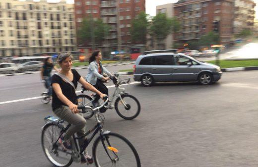 Mujerres en bici tomando la calzada