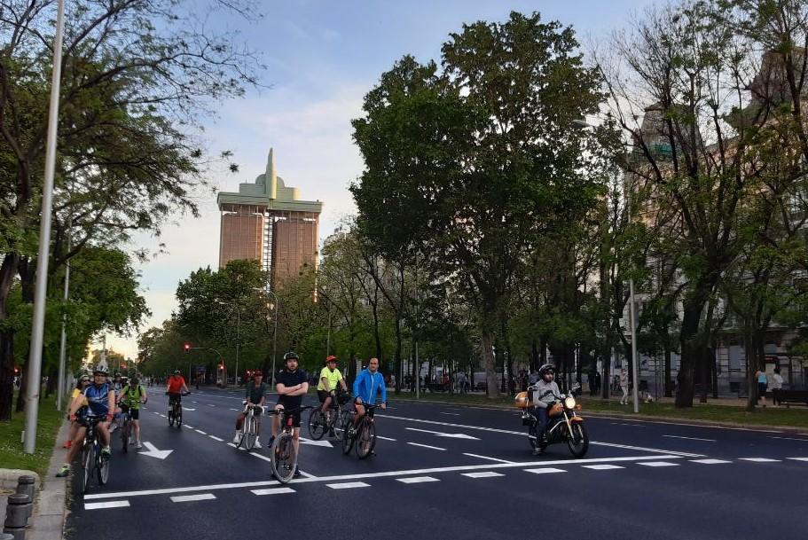 Bicis esperando en un semáforo del Paseo de la Castellana (Madrid)