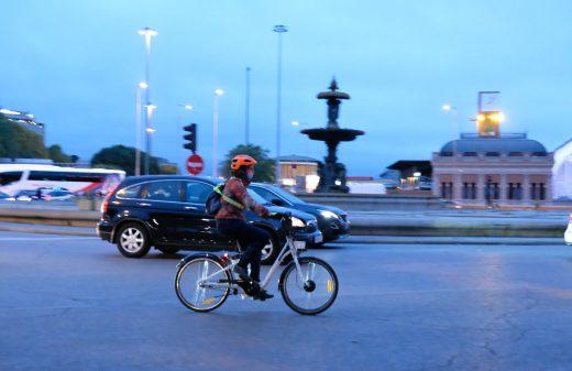 Ciclista circulando con seguridad